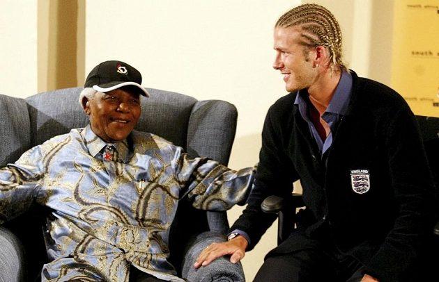 Bývalý prezident Jihoafrické republiky Nelson Mandela při setkání s kapitánem anglické reprezentace Davidem Beckhamem v květnu 2003.