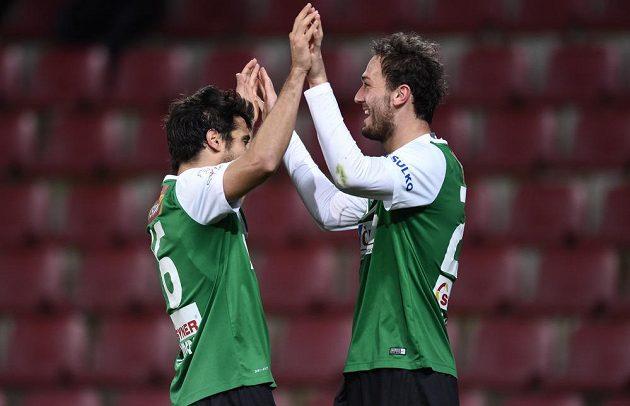 Fotbalisté Jablonce José Romera (vlevo) a Martin Doležal se radují z gólu proti Spartě.