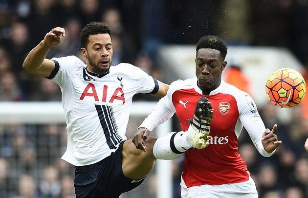 Danny Welbeck z Arsenalu (vpravo) and Mousa Dembele u Tottenhamu bojují o míč.