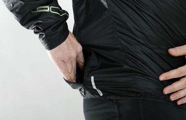 Bunda Mizuno Lightweight 7D Jacket: Do prostorné boční kapsy ji můžete celou sbalit.