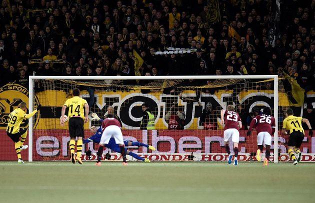 Guillaune Hoarau z Bernu proměňuje nařízenou penaltu proti Spartě.