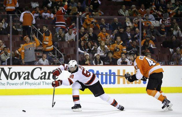 Jaromír Jágr střílí gól Devils na 3:0 do prázdné branky, vpravo slovenský zadák Flyers Andrej Meszároš.