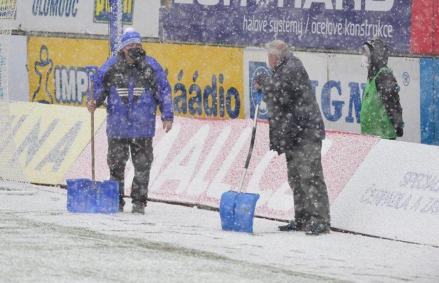 Pracovníci olomouckého klubu s hrably na sníh během utkání Sigma - Slovácko.