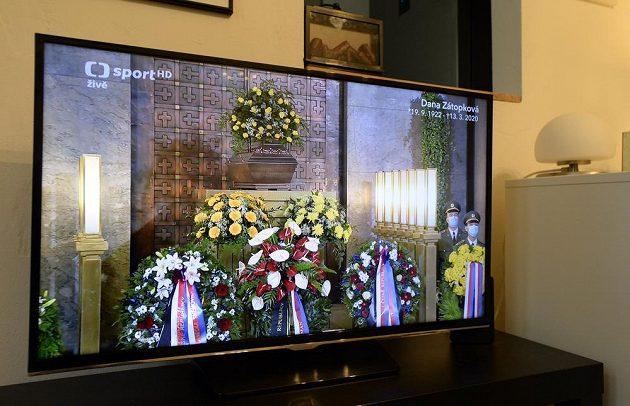 V přímém přenosu vysílala Česká televize poslední rozloučení s atletickou legendou Danou Zátopkovou, která zemřela 13. března ve věku 97 let.