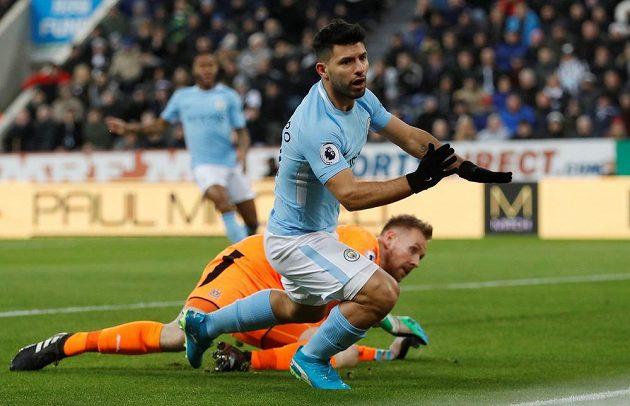 Útočník Manchesteru City Sergio Agüero v akci před brankářem Newcastlu.