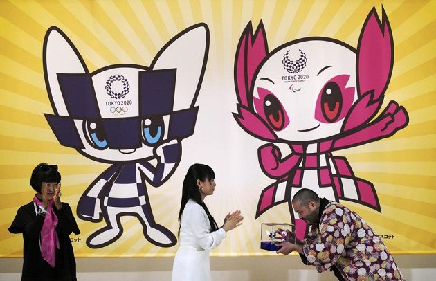 Vítězný designér a ilustrátor Rjo Taniguči (vpravo) při představení maskotů, které vybrali japonští školáci a budou tak provázet olympijské i paralympijské hry v roce 2020 v Tokiu.