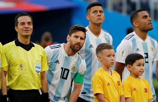 Argentinský kapitán Lionel Messi při nástupu před zápasem s Nigérií.