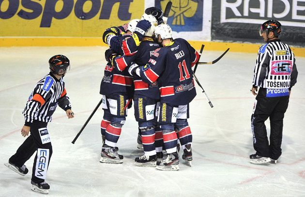 Hokejisté Chomutova se radují ze vstřelení gólu na ledě Třince.