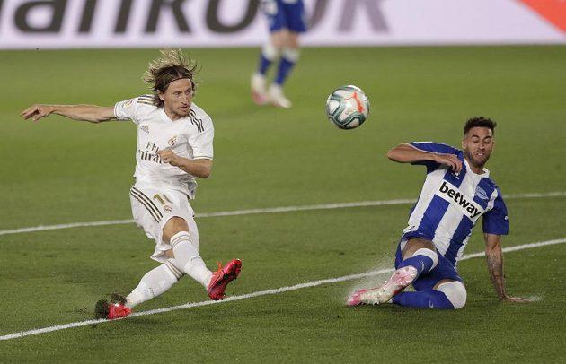 Luka Modrič (vlevo) z Realu Madrid a Victor Camarasa z Deportiva Alavés.