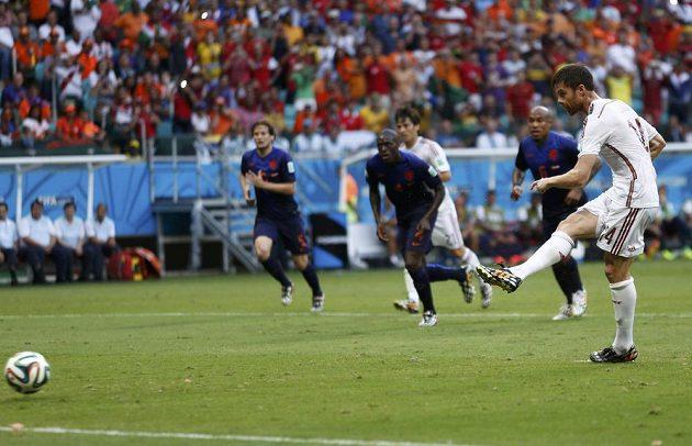 Xabi Alonso proměňuje pokutový kop. Španělé jdou v duelu s Nizozemskem do vedení.