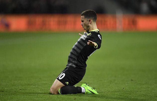Eden Hazard z Chelsea oslavuje svou branku do sítě West Hamu.