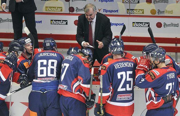 Český Trenér slovenského týmu Vladimír Vůjtek hovoří s hráči v oddechovém čase.