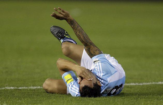 Carlos Tévez schytal nepříjemný úder loktem do nosu.