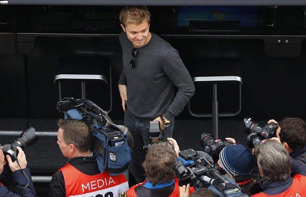 Na své bývalé kolegy ze stáje Mercedes přišel při testech v Barceloně dohlédnout i úřadující mistr světa a bývalý pilot Stříbrných šípů Nico Rosberg, který po loňské sezóně ukončil kariéru.