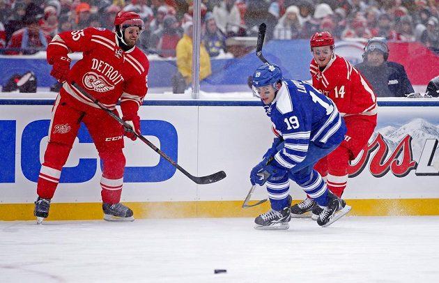 Hokejisté Detroitu Niklas Kronwall (vlevo) a Gustav Nyquist a Joffrey Lupul z Toronta během Winter Classic 2014.