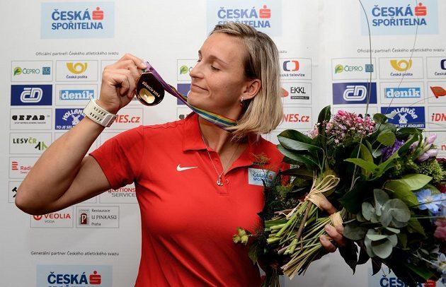 Oštěpařka Barbora Špotáková si prohlíží zlatou medailí z mistrovství Evropy v Curychu.