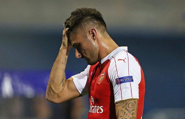 Útočník Arsenalu Olivier Giroud opouští zklamaně trávník po červené kartě.