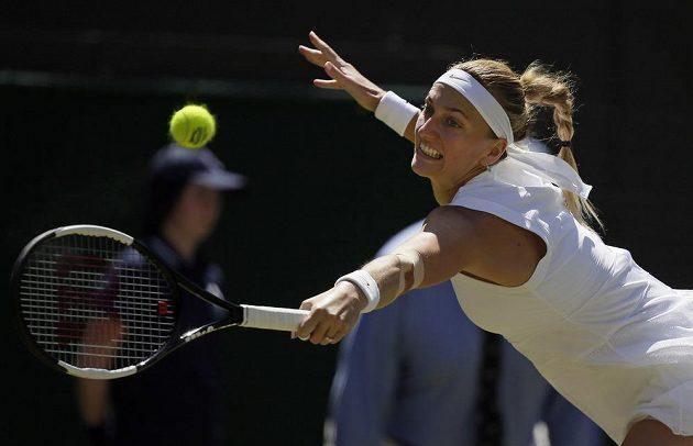 Česká tenistka Petra Kvitová se natahuje za returnem během Wimbledonu.