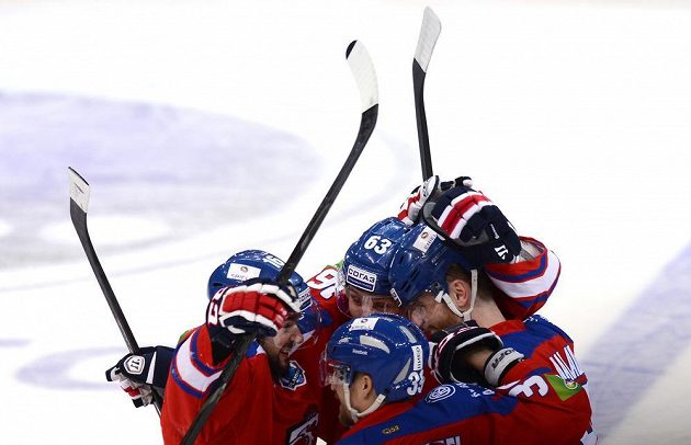 Hokejisté Lva Praha se radují z gólu nad Jaroslavlí.
