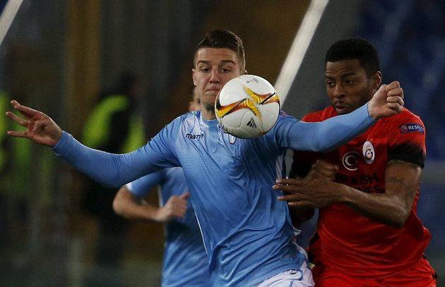 Lazio vyřadilo Galatasaray, zleva Říman Sergej Milinkovič-Savič a Ryan Donk.