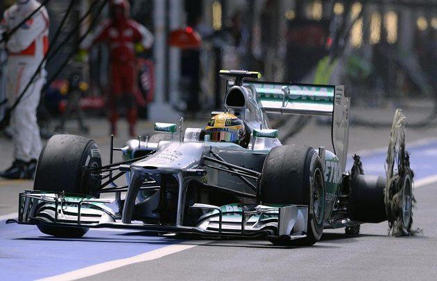 Zoufalý Lewis Hamilton míří do depa se zbytkem rozšmelcované pneumatiky.