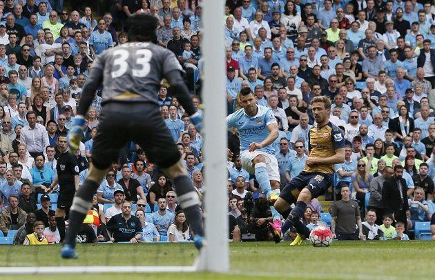 Sergio Aguero střílí na Petra Čecha během utkání Manchesteru City s Arsenalem.