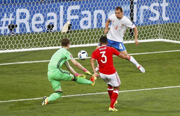 Neil Taylor střílí druhý gól Walesu v duelu s Ruskem.