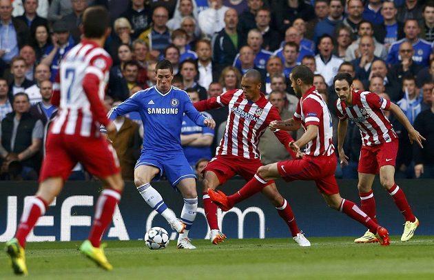 Fotbalisté Atlétika Madrid se snaží obrat o míč útočníka Chelsea Fernanda Torrese (druhý zleva).