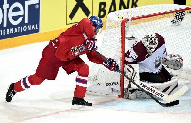 Jaromír Jágr se snaží překonat lotyšského brankáře Edgarse Masalskise.