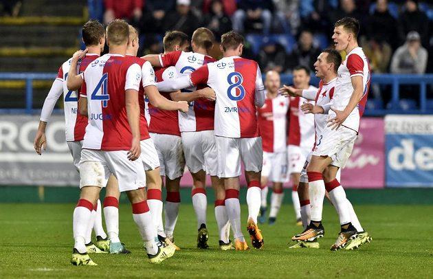 Fotbalisté Slávie se radují z gólu ve Zlíně.
