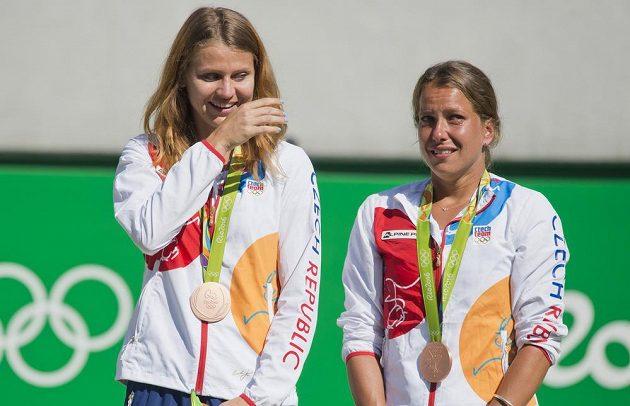 Dojaté české tenistky Lucie Šafářová (vlevo) a Barbora Strýcová převzaly medaile za 3. místo ve čtyřhře.