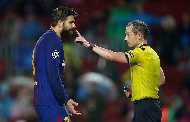 Barcelonský Gerard Pique viděl červenou kartu v utkání Ligy mistrů s Olympiakosem.