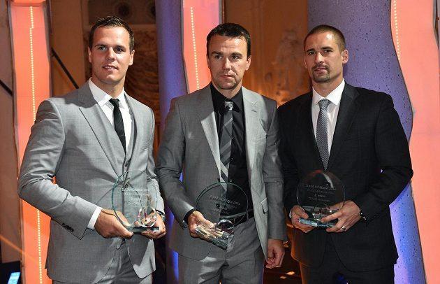 Zleva David Krejčí, Marek Židlický a Tomáš Plekanec během vyhlášení ankety Zlatá hokejka v Grandhotelu Pupp v Karlových Varech.