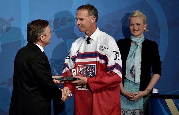 René Fasel a Dominik Hašek během uvedení do Síně slávy IIHF.
