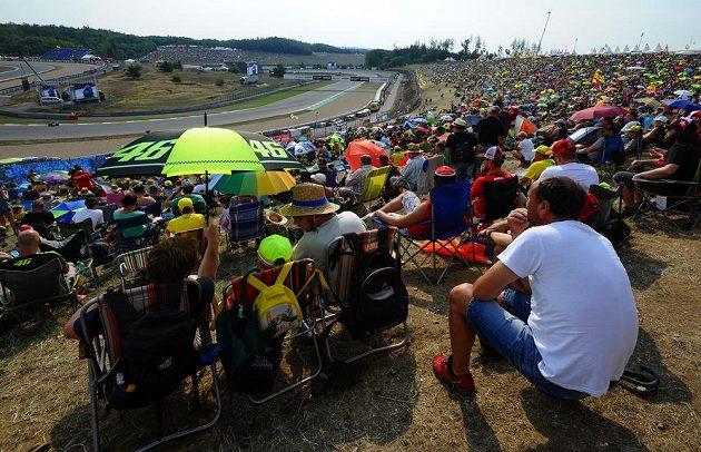 Velká cena České republiky, závod mistrovství světa silničních motocyklů z pohledu diváků.
