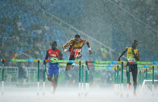 To je to tropické Rio. V rozběhu na 110 m překážek zleva Kubánec Jhoanis Portilla, Španěl Orlando Ortega a Deuce Carter z Jamajky.