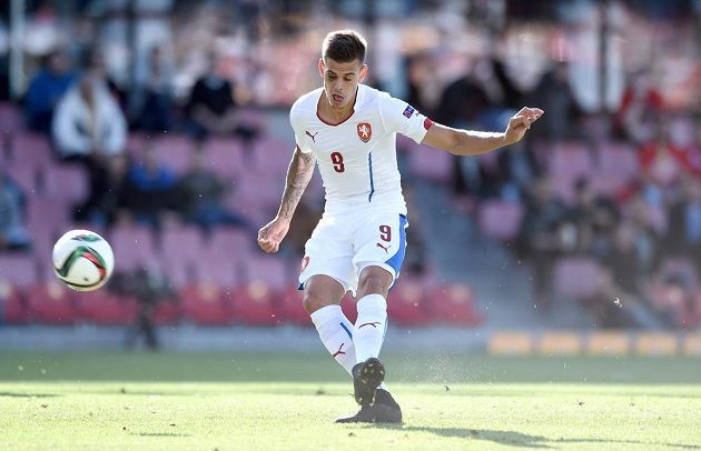 Český útočník Jan Kliment střílí první gól během utkání ME hráčů do 21 let se Srbskem.