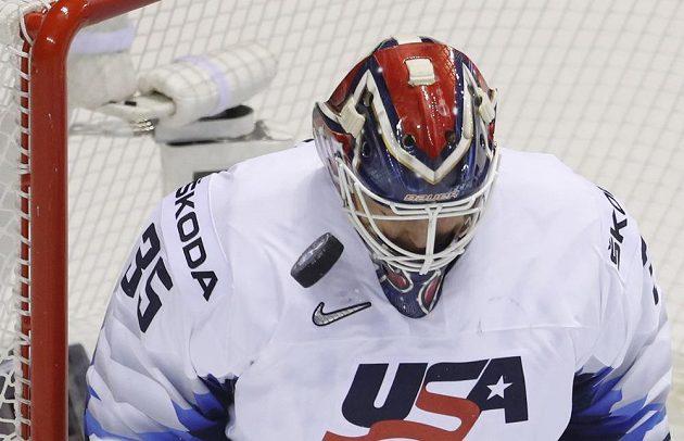 Brankář USA Cory Schneider v akci během hokejového mistrovství světa.