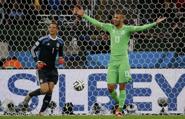 Islám Slimaní (vpravo) sice německého brankáře Manuela Neuera prostřelil, ale gól kvůli ofsajdu neplatil.