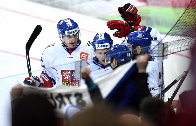 Hokejisté Česka (Jan Kolář, Vladimír Sobotka) oslavují třetí gól v utkání se Švédy.