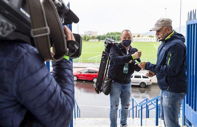 Opatření před zápasem v Teplicích. Pořadatelé označují novináře páskou.