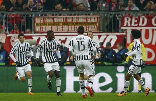 Fotbalisté Juventusu se radují z úvodního gólu v Mnichově proti Bayernu.