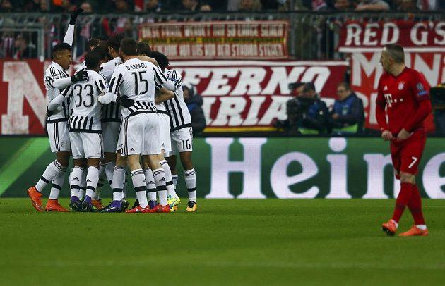 Radost fotbalistů Juventusu po úvodním gólu proti Bayernu Mnichov v odvetě osmifinále Ligy mistrů.