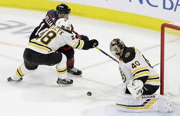 Brankář týmu Boston Bruins Tuukka Rask zasahuje v utkání play off NHL na ledě Caroliny.