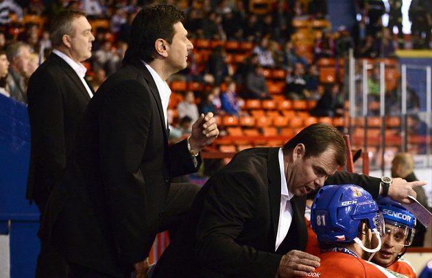 Asistent trenéra Jaroslav Špaček (vpravo), kouč Vladimír Růžička a druhý asistent trenéra Ondřej Weissmann během utkání s Dánskem.