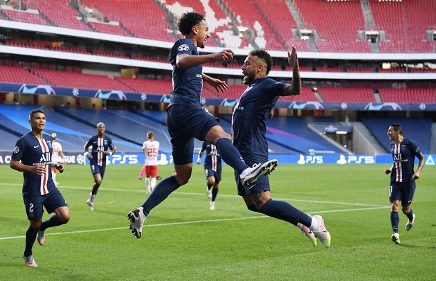 Střelec první branky PSG Marquinhos (vlevo) se raduje s Neymarem.