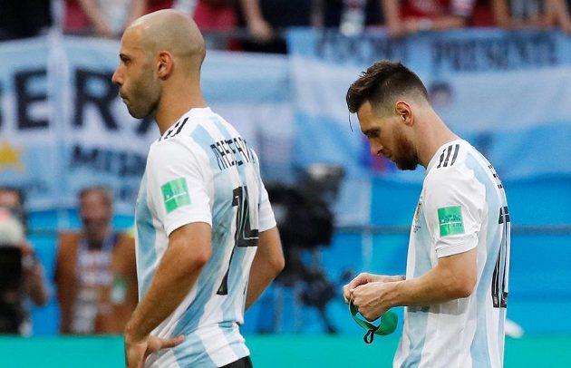 Konec. Argentina na MS v Rusku dohrála v osmifinále. Lionel Messi a Javier Mascherano odcházejí zklamaně ze hřiště. Mascherano po utkání ukončil reprezentační kariéru, Messi se ještě nerozhodl. Fanoušci konec na MS oplakali.