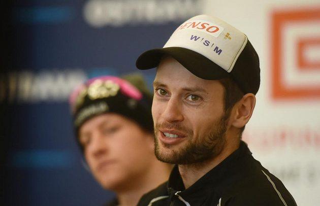 Vpravo je český závodník Dušan Kožíšek, v pozadí vlevo australský lyžař Phillip Bellingham.