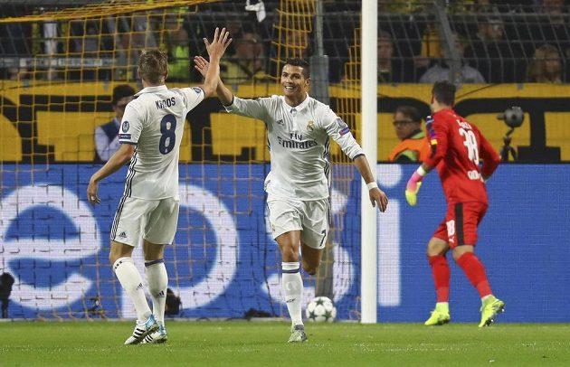 Toni Kroos a střelec gólu Cristiano Ronaldo při utkání LM s Dortmundem.