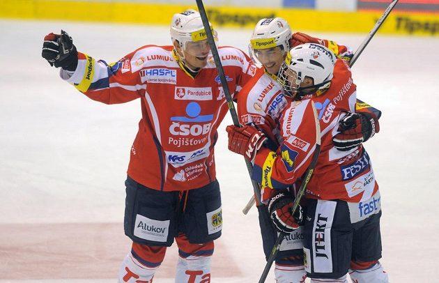 Pardubičtí hráči se radují z gólu Michaela Špačka (vpravo).